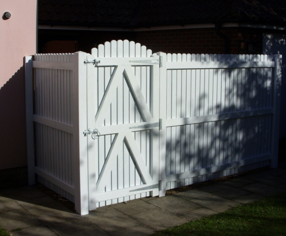 Palisade Screen fencing and matching gate from reverse.