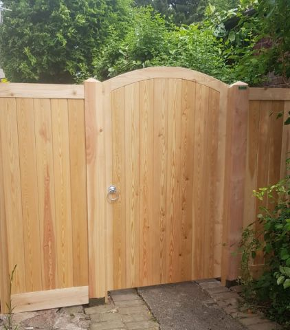 Glemham gate with curved top rail and side panel either side in Larch