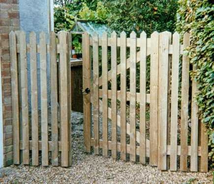 Palisade gate in planed pressure treated softwood