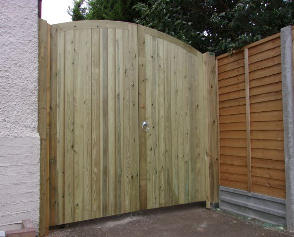 Glemham curved top rail gates in scandinavian redwood
