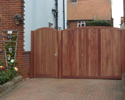 Needham Gate with Curved Side Panel