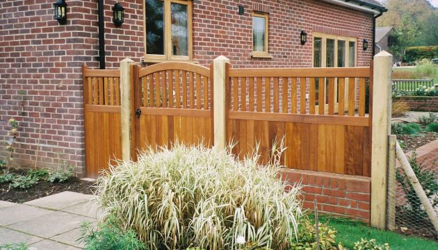 Kersey gate with matching side panels