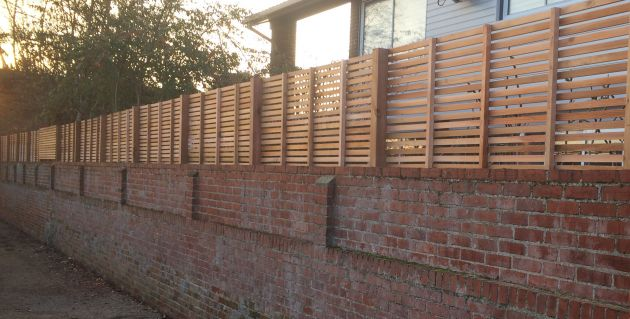 Horizontal wall top fencing in cedar