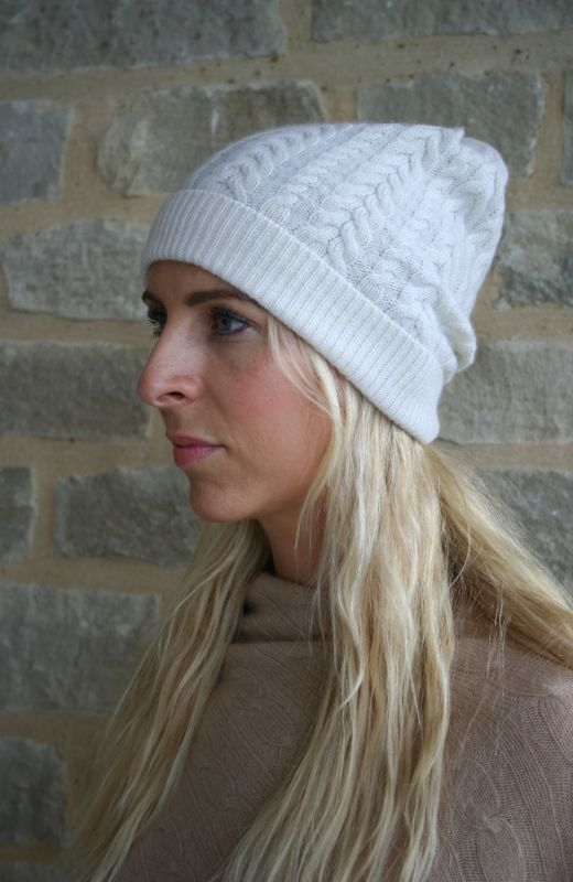 Cable knit Cashmere Beanie in cream.